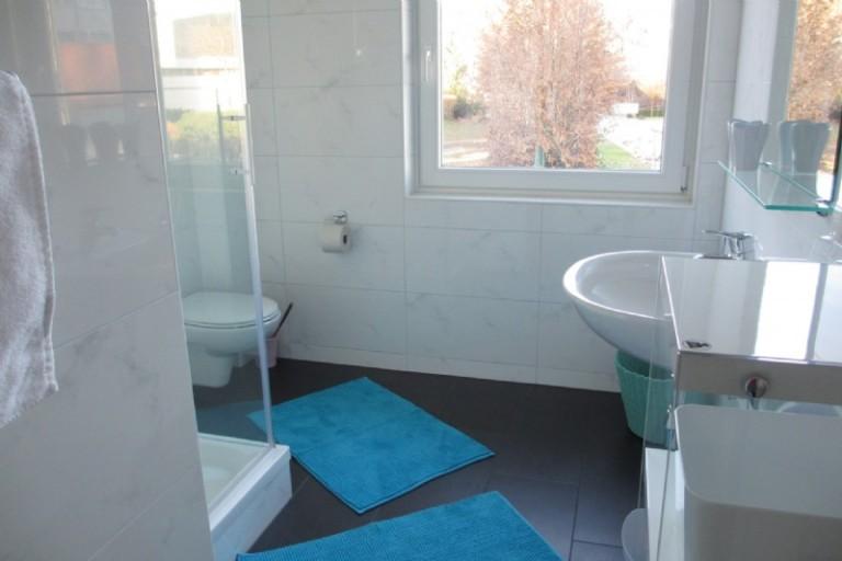 Bad mit Dusche, WC
